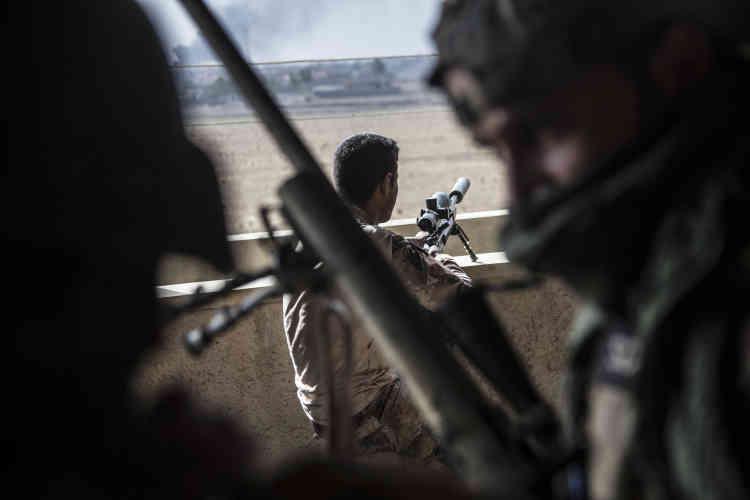 Les snipers de la Division d'or installent des postes de tirs dans la ville, le31octobre.