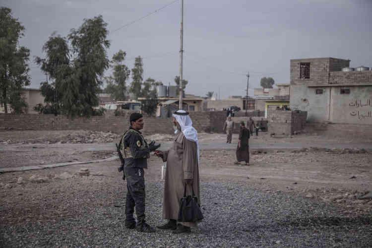 Des civils de Bazwaya sont sortis dans la rue pour aller au devant de la colonne des forces spéciales d'ISOF 1 (Division d'or, ICTF) qui vient d'entrer dans la ville, le31octobre.