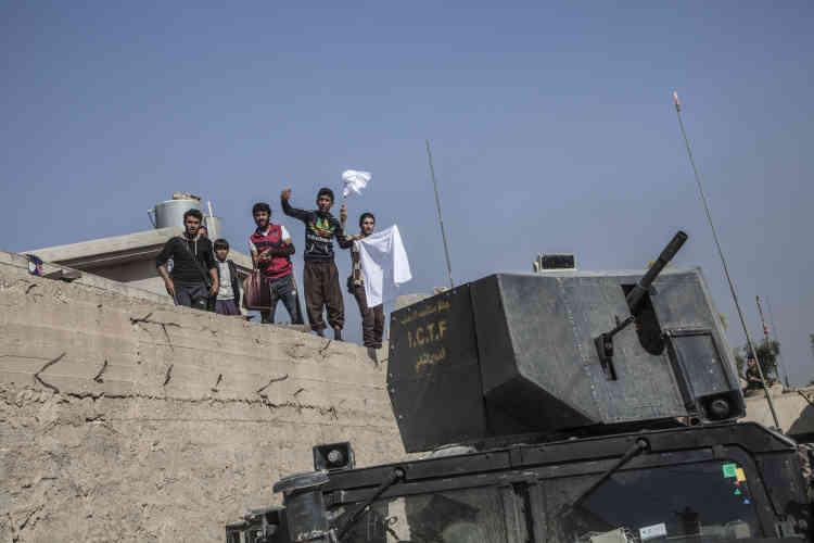 Des civils sur les toits de Bazwaya se mettent en vue de la colonne des forces spéciales d'ISOF 1, le 31 octobre.