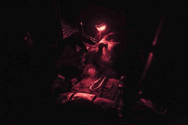Devant la ville de Bazwaya, Ahmet «Bullet», le mitrailleur du Humvee numéro 4 d'ISOF 1, sur la ligne de front. La nuit suivante au même endroit, une attaque au RPG9 de plusieurs groupes de combattants de l'Etat islamique fera 17victimes dans les compagnies Alpha et Charlie d'ISOF 1 et dans le bataillon Diyala.