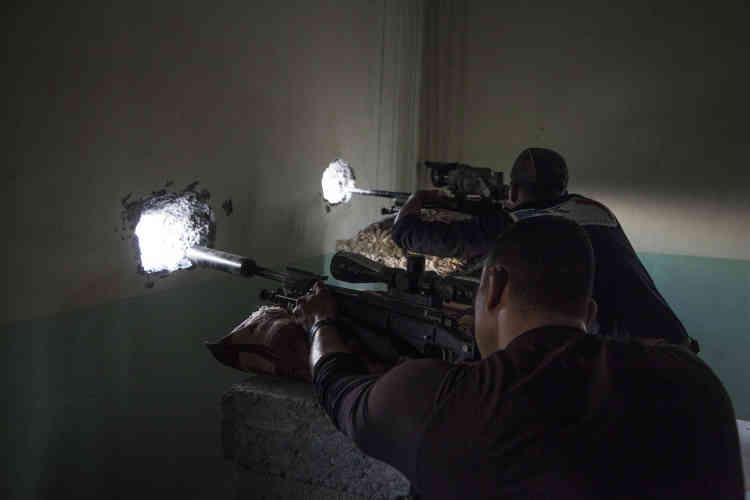 Des snipers de la Division d'or surveillent les abords de la ville de Bazwaya, le29octobre.