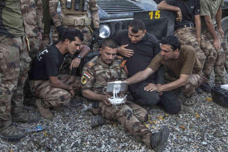 Le major Salam observe les images de la ligne de front, envoyées par le drone qu'il pilote, le29octobre.