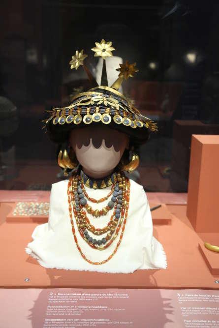 Or, cornaline et lapis-lazuli pour la coiffe, les rangs de grosses perles, le tour de cou et les boucles, de ces somptueux bijoux portés par une femme reposant dans la fosse dite «Grand Puits de la mort», du cimetière royal d'Ur, à l'époque sumérienne, vers 2600 av.J.-C. Un prêt exceptionnel du British Museum de Londres.