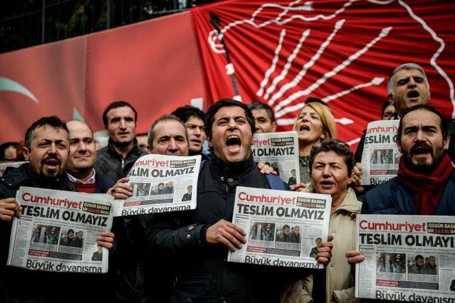 Des manifestants tenant des exemplaires du quotidien Cumhuriyet, à Istanbul, le 1er novembre.
