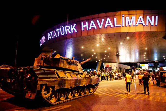 Un tank devant l'aéroport d'Istanbul la nuit de la tentative de putsch, le 15 juillet 2016.