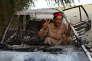 Une militant du Mouvement pour la Justice (Tehrik-e-Insaf Pakistan, PTI) fait le signe de la victoire, le 1er novembre à Swabi.