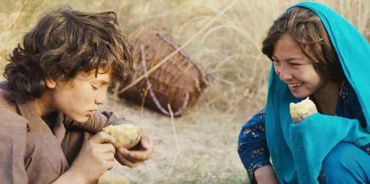 La jeune réalisatrice n'avait que onze ans lorsque ses parents ont quitté Téhéran (Iran), où ils vivaient comme réfugiés, pour retourner en Afghanistan, et s'installer dans un village des montagnes centrales, sur les pentes abruptes de la province de Bâmiyân. Pour la jeune fille, le dépaysement est profond et l'isolement complet : les habitants la rejettent pour son accent, sa culture, son look venu d'ailleurs. Cet épisode villageois ne s'estompe pas si facilement, et c'est ce vécu dont elle rend compte dans son premier long-métrage de fiction, tourné à la frontière afghane du Tadjikistan, et présenté à la Quinzaine des réalisateurs à Cannes.