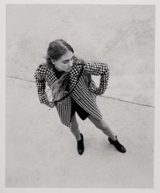 Manteau en laine, Geox. Chemise en coton et pull en laine, Margaret Howell. SacBianca en cuir de vachette, Lancel. Bottines en cuir, Jimmy Choo.