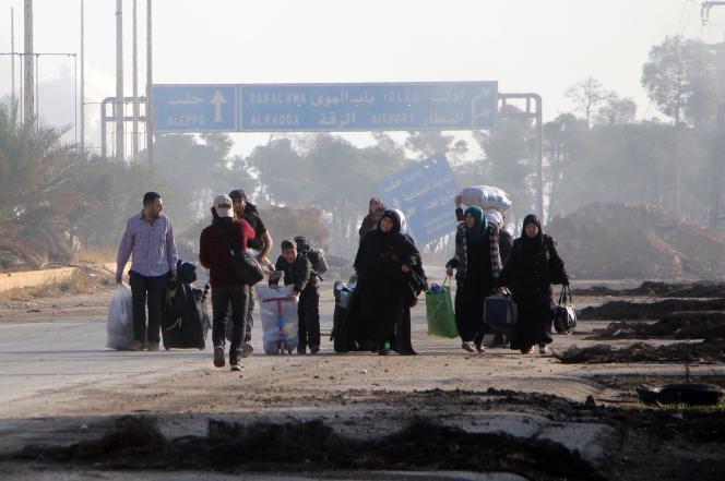 Des civils syriens quittent le quartier de Dahyat Al-Assad, sur le flanc sud-ouest de la ville,le 30 octobre.