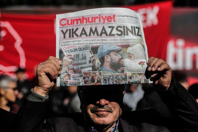 Un manifestant brandit le quotidien turc«Cumhuriyet» le 1er novembre dernier.