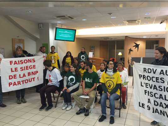 Dans une agence bancaire, à Paris le 2 novembre, les militants altermondialistes et écologistes ont annoncé vouloir organiser le «procès de l'évasion fiscale» à Pau, le 9 janvier 2017, à l'occasion du procès intenté par la BNP-Paribas à l'un de leurs militants.