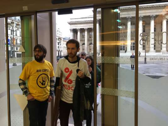 Mercredi 2 novembre, des militants d' ONG (Attac, les Amis de la Terre, ANV-COP21, Bizi...) ont fait irruption dans une agence de la BNP-Paribas, place de la Bourse à Paris, pour dénoncer l'évasion fiscale.