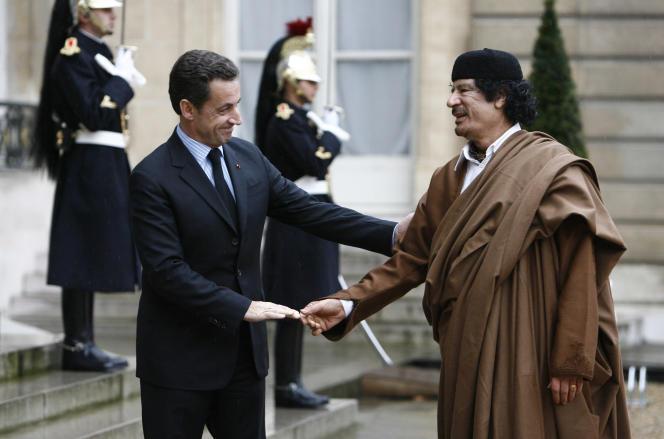 Nicolas Sarkozy, alors président de la République, reçoit Mouammar Kadhafi à l'Elysée, en décembre 2007.