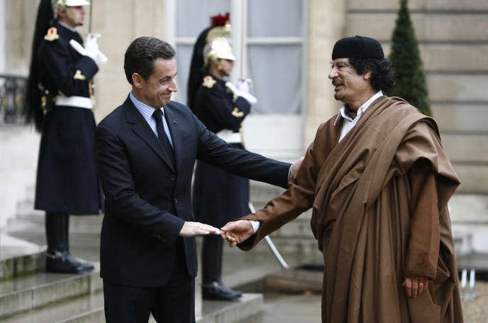 Nicolas Sarkozy et Mouammar Kadhafi, le 11 décembre 2007, à l'Elysée.