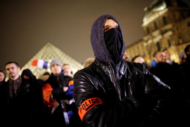 Quelques centaines de policiers se sont réunis à la Pyramide du Louvre pour demander une révision des règles qui régissent leur profession.
