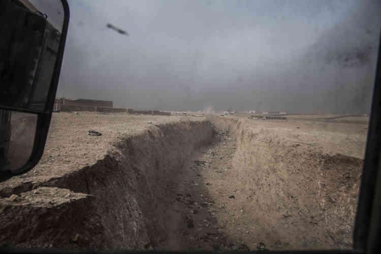 La colonne traverse les tranchées creusées par l'Etat islamique.