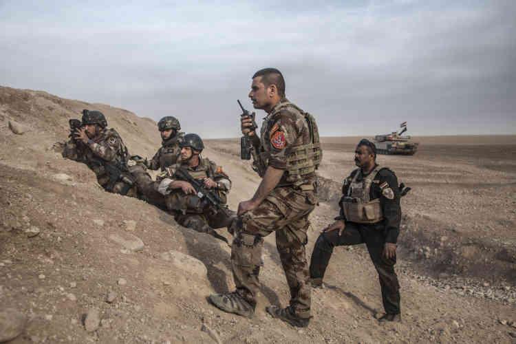 Le major Salam (Jassem Hussein Al-Obeidi), à la tête de la colonne des forces spéciales d'ISOF 1et 3 (Division d'or, ICTF), longe les tranchées creusées par l'Etat islamique.