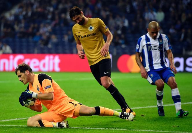 Le gardien espagnol Iker Casillas (en orange) est le seul joueur professionnel à avoir apporté son soutien au jeune arbitre. Ici, le 2 novembre à Porto lors de FC Porto-Bruges KV