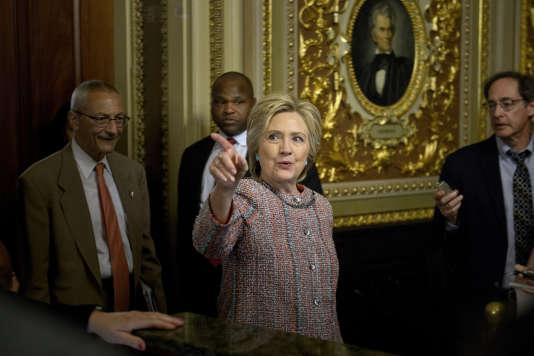 Hillary Clinton suivie par son directeur de campagne, John Podesta (à gauche), après une rencontre avec les sénateurs démocrates, le 14juillet, à Washington.