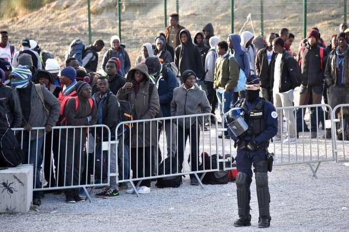 Des migrants lors du démantèlement de la«jungle» de Calais, le 2novembre.