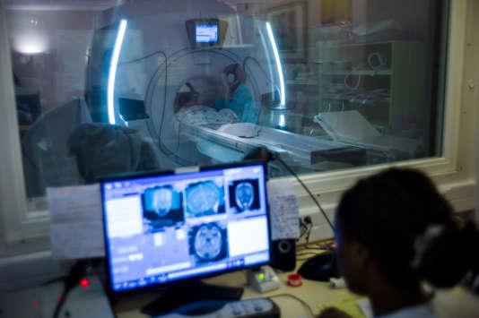 Un docteur fait une IRM, le 22 juillet 2013 à l'hôpital d'Argenteuil.