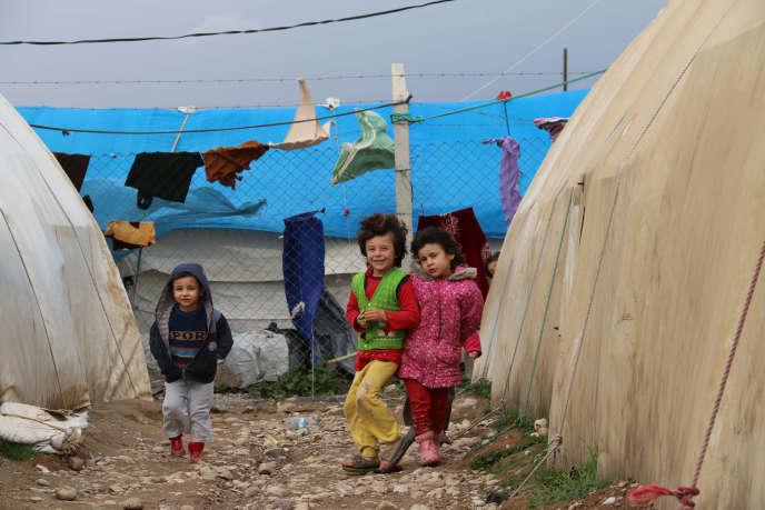 Des enfants turkmènes qui ont fui les violences à Mossoul et à Tal Afar, dans un camp de déplacés situé à l'est de Kirkouk, le 8 janvier 2016.