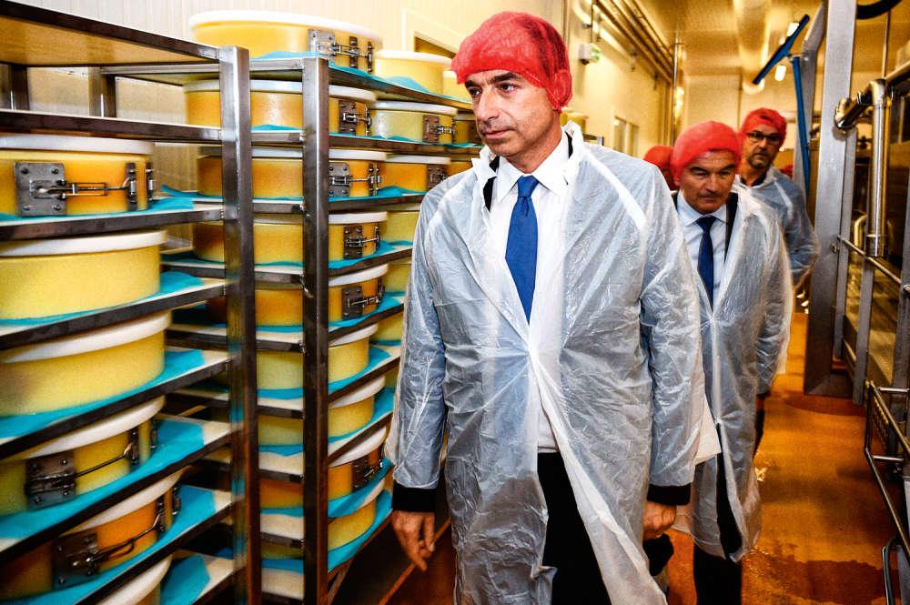 Jeff n'est crédité que de 1% des intentions de vote à la primaire de la droite, mais il continue à se battre. Le voici dans une coopérative fruitière de Groisy, en Haute-Savoie, vêtu d'une cravate bleue, d'une blouse blanche et d'une charlotte rouge. Ce qui clairement indique deux choses. A) Jean-François Copé est un patriote. B) Jean-François Copé est un élégant qui connaît la règle stipulant qu'un homme peut porter trois couleurs dans une même tenue, jamais plus. Enfin une raison de voter pour lui ? Euh…