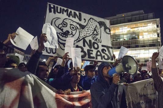 La pancarte « Human not beast » portée par Shahid, un Afghan de 23 ans, pendant la manifestation à Stalingrad (Paris), le 2 novembre.
