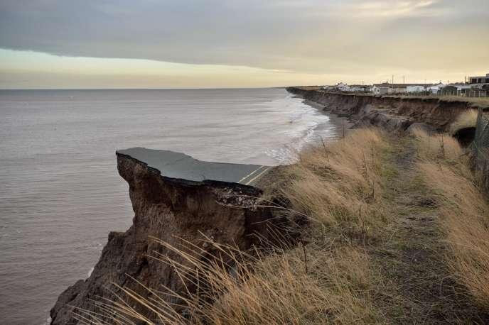 A Skipsea, en Grande-Bretagne, la route qui longe le littroal est en passe de disparaître, grignotée par l'érosion.