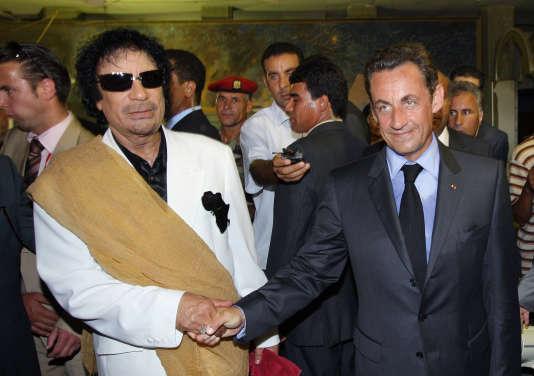 Mouammar Kadhafi et Nicolas Sarkozy, lors d'une visite du président français en Libye, le 25 juillet 2007.