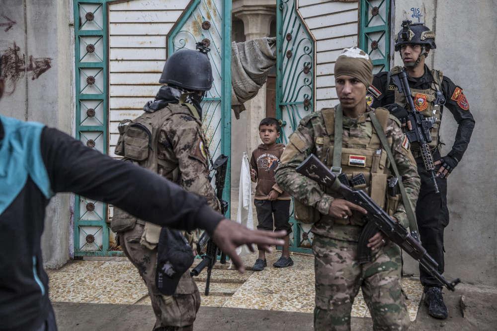 Les jeunes hommes et les adultes sont sommairement questionnés par les forces spéciales.