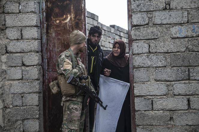 Il y a peut-être des kamikazes de l'EI, même parmi les femmes et les enfants. Le risque écarté, les canons se baissent et le major Salam Jassem Hussein engage la conversation à Gogjali, Mossoul, le 2 novembre 2016.