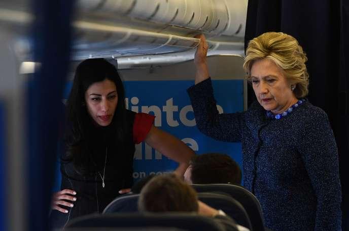 Hillary Clinton en compagnie de son assistante Huma Abelin à bord de son avion de campagne à Westchester (New Yotk) le 28 octobre 2016.