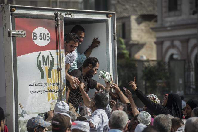 Des Egyptiens achètent du sucre depuis un camion, au Caire, le 26 octobre 2016. Le pays souffre depuis fin septembre d'une pénurie de cette denrée.