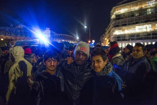 Deux afghans et un tchadien posent ensemble pour « revendiquer leur droit à la dignité humaine»