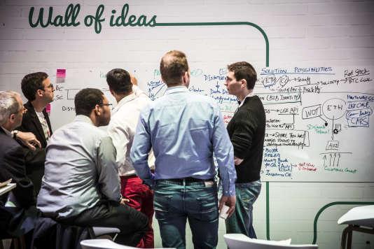 «Les makers sont à la pointe du changement. Ils bénéficient pour cela d'une éthique héritée des hackers, ces pionniers américains de l'informatique dont seule une infime minorité peut être assimilée aux pirates qui font régulièrement la une des médias» (Photo: mur à idées, salon VivaTech 2016, consacré à la transformation numérique).