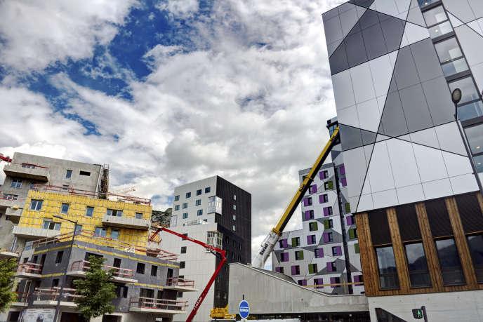 « L'investissement public a un fort effet d'entraînement sur l'activité, avec une création de richesse estimée entre 1,3 et 2,5 euros pour chaque euro investi» (Photo: immeubles en construction, grues de chantier. Projet Presqu'ile GIANT - Grenoble Innovation for Advanced New Technologies - en 2016).