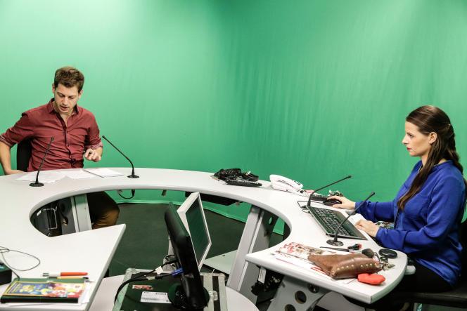 Villeneuve d'Ascq, le 3 novembre 2016, au studio Grand Lille TV. Sur le plateau, à droite, Céline Huret, présentatrice, et à gauche, Xavier Silly, journaliste.