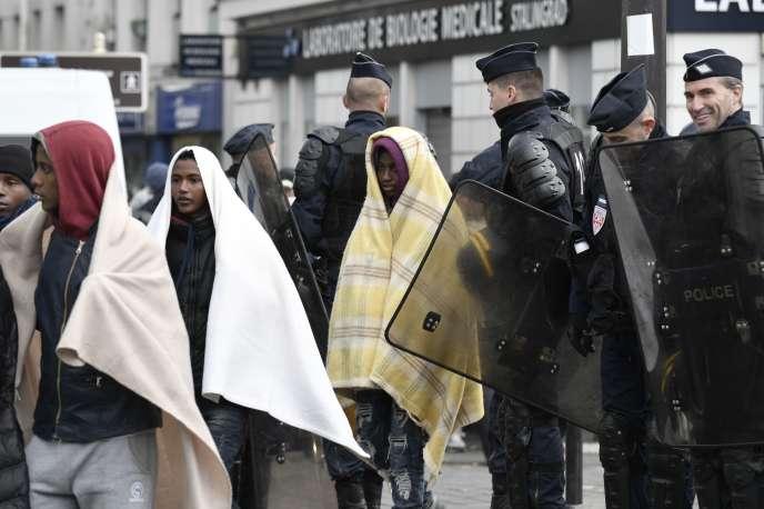 Image de l'évacuation du camp de migrants au métro Stalingrad, à Paris, le 4 novembre.