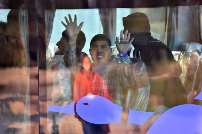Un mineur isolé migrant venant de l'ex-« jungle» de Calais, dans un bus en direction d'un centre d'accueil le 2 novembre.