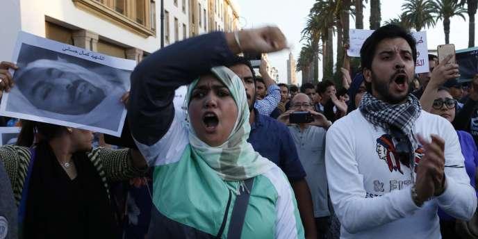 Une image de Mouhcine Fikri brandie par les manifestants à Rabat ( Maroc) le 30 octobre 2016.