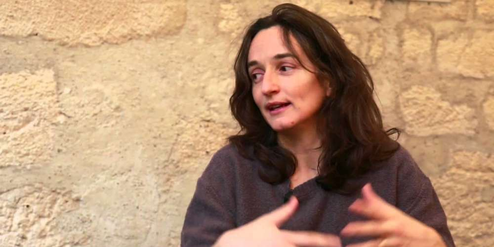 Fictifs ou réels, les personnages de la réalisatrice cherchent leur place dans le monde. Les émigrés de «Depuis qu'Otar est parti» (2003) et de «L'Arbre» (2010), les petits arrivants de «La Cour de Babel» (2014) ont été arrachés ou ont quitté leur pays pour en trouver un autre. Avec «Dernières nouvelles du cosmos», elle s'est intéressée à un autre type d'arrivée, celle d'Hélène Nicolas, dite «Babouillec», qui a découvert le langage, par l'écrit, à l'âge de 14 ans.