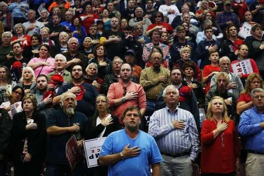 Au début de chaque meeting de campagne, le public chante l'hymne national américain«StarsandStripes», comme ici avant le discours de DonaldTrumpàHershey(Pennsylvanie)le 4 novembre.