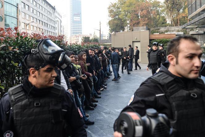 Le 5 novembre 2016, à Istanbul, des manifestants protestent contre l'arrestation, la veille, des leaders politiques kurdes Selahttin Demirtas et Figen Yüksekdag et d'autres représentants du Parti démocratique des peuples (HDP).