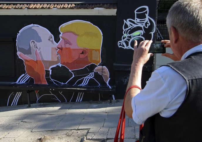 Une peinture murale montrant Vladimir Poutine qui embrasse Donald Trump, à Vilnius, le 13 mai.