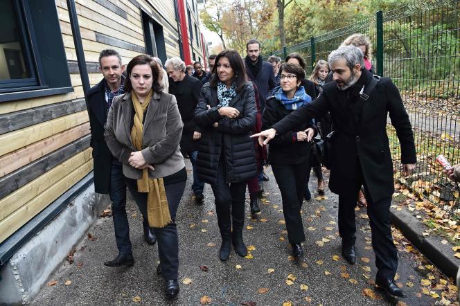 L'adjoint au maire de Paris en charge du logement Ian Brossat, la ministre du logement Emmanuelle Cosse,la maire de Paris Anne Hidalgo etEric Pliez de l'association Aurore.