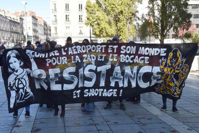 Des manifestants opposés à l'aéroport dans les rues de Nantes, le 5 novembre.