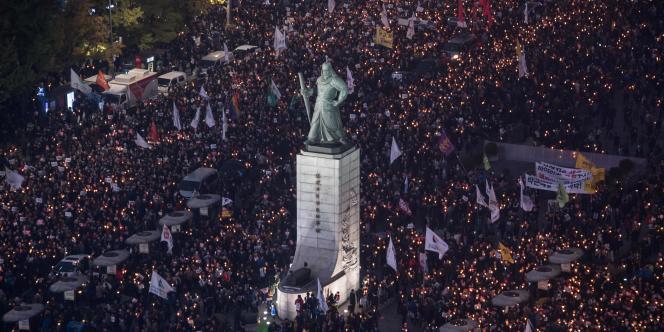 Lors d'un des plus grands rassembements de ces dernières années, des dizaines de milliers de manifestants ont exigé la démission de la présidente Park Geun-hye, dans le centre de Séoul, le 5 novembre.