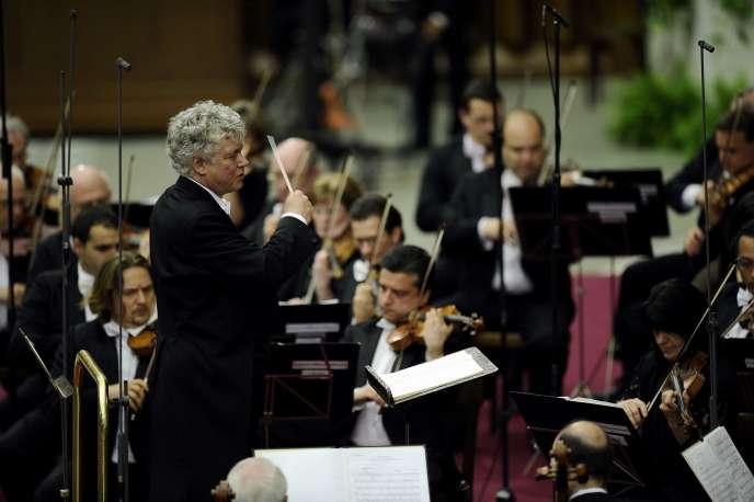 Le pianiste et chef d'orchestre Zoltan Kocsis (au centre), lors d'un concert avec l'Orchestre philharmonique national hongrois au Vatican, le 27 mai 2011.