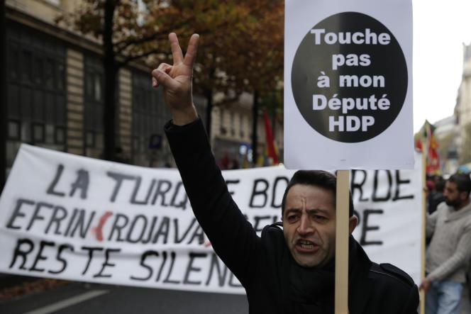 Manifestation à Paris le 5 novembre, contre la répression qui vise le parti pro-kurde HDP en Turquie.